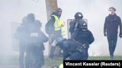 Polisi anti huru-hara menangkap pemrotes dalam aksi unjuk rasa di Strasbourg, Perancis, 27 April 2019. (Foto: dok).