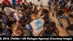 Seorang petugas UNHCR mendata para migran Afrika di Libya (foto: dok).