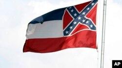 La bandera estatal de Mississippi fue removida del campus Oxford de la Universidad de Mississippi debido a recalmos de estudiantes porque incluye el símbolo confederado.