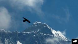 从尼泊尔索鲁孔布区的南崎巴扎看到的埃佛勒斯特峰(珠穆朗玛峰)。(2019年5月27日)