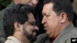 Sobre el principal negociador de las FARC, Iván Márquez (en la foto con el presidente Hugo Chávez), pesan 28 condenas a prisión.