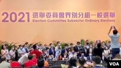香港选举委员会界别分组选举9月19日完成投票,但是点票程序一再延误,至9月20日凌晨仍未公布任何界别的点票结果,多名候选人及团队成员在台下拍照留念 (美国之音/汤惠芸)