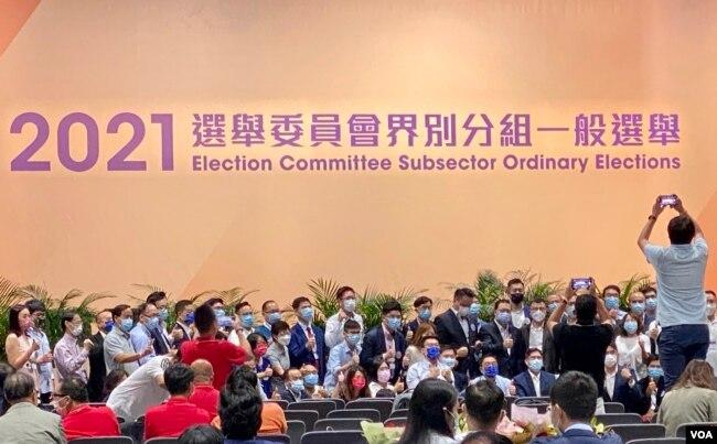 香港选举委员会界别分组选举9月19日完成投票,但是点票程序已在延误,至9月20日凌晨仍未公布任何界別的点票結果,多名候选人及团队成员在台下拍照留念 (美国之音汤惠芸)