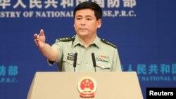 Juru bicara Departemen Pertahanan China Ren Guoqiang memberikan keterangan pers di Beijing (foto: dok).