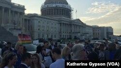 Khoảng 150 - 200 người tụ tập bên ngoài điện Capital để ủng hộ cho các đảng viên Dân chủ trong khi họ tiếp tục tọa kháng để đòi các nhà lập pháp phải có hành động trong việc kiểm soát súng ống.