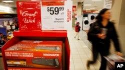 Pemutar DVD/Video ditawarkan dengan harga khusus di sebuah toko Sears di Aurora, Colorado, AS. (Foto: Dok)