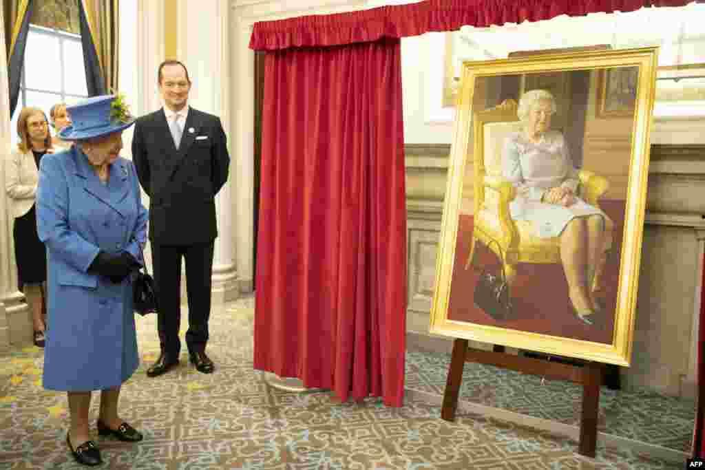 ملکه الیزابت از پرتره خود که به مناسبت صدمین سالگرد تاسیس کلوپ سلطنتی نیروی هوایی بریتانیا توسط بنیامین سالیوان نقاشی شده، پرده برداری کرد.