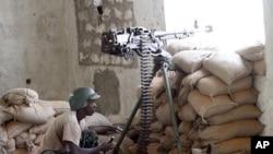 一名非洲聯盟使命的戰士二月14日在索馬里南部的摩加迪沙在穆斯林和政府軍之間的戰鬥中