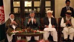حامد کرزی، رییس جمهوری افغانستان به همراه اعضای شورای صلح