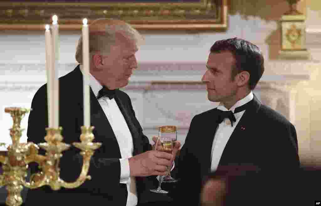 Predsednik Donald Tramp u francuski Predsednik Emanuel Makron dele zdravicu na državnoj večeri u Beloj kući. 24. april, 2018.