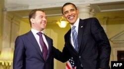 Барак Обама и Дмитрий Медведев на встрече в Лондоне в 2009 году. (Архивное фото).