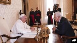 Paus Fransiskus bertemu dengan Presiden Palestina Mahmoud Abbas di Vatikan, 14 Januari 2017. (Giuseppe Lami/ANSA pool via AP)