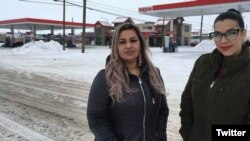En esta foto del 23 de enero de 2019, proporcionada por la ACLU de Montana, Martha Hernánde (izq.), y Ana Suda posan frente a una tienda de conveniencia en Havre, Mont., donde dicen que fueron detenidas por un agente de la Patrulla Fronteriza de EE.UU. por hablar español.
