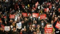 Những người biểu tình hô khẩu hiệu kêu gọi bắt giữ Tổng thống Park Geun-hye ở Seoul, Hàn Quốc, 10/3/2017.