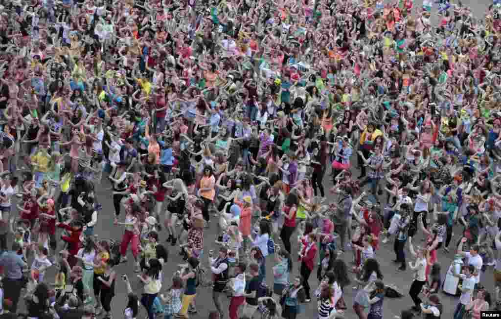한국 가수 싸이가 러시아를 방문한 가운데, 모스크바 시민들이 단체로 '강남스타일' 춤을 추고 있다.