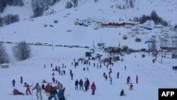 Varrosen nëntë trupa që u nxorën nga orteku i borës – kërkohet i dhjeti