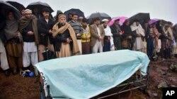 Pakistan Keşmiri'nin başkenti Muzafferabad'a 40 kilometre uzaklıktaki bir köyde Hint ordusunun açtığı top ateşinde öldüğü bildirilen çocuğun cenazesi kaldırılırken