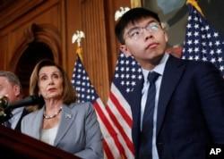Chủ tịch Hạ viện Nancy Pelosi và Joshua Wong trong một cuộc họp báo về nhân quyền ở Hong Kong trong Điện Capitol, Washington, ngày 18 tháng 9, 2019.