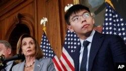 美國眾議院議長佩洛西(左)與香港活動人士黃之鋒以及其他美國會議員在首都華盛頓國會山舉行香港人權問題記者會 。(2019年9月18日)
