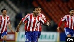 Dario Veron convirtió el quinto disparo de la tanda de penales con el que Paraguay se clasificó para jugar la final este próximo domingo contra Uruguay.