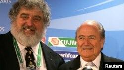 ARCHIVES - Chuck Blazer (à gauche) aux côtés de l'ancien president Sepp Blatter Franz Beckenbauer