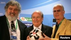 Le Président de la FIFA Sepp Blatter, Franz Beckenbauer, président du comité local d'organisation et Chuck Blazer, président de la Coupe des Confédérations au sein de la FIFA présentent le ballon officiel de la compétition lors d'une conférence de presse à Francfort le 13 juin 2005. (REUTERS / Kai Pfaffenbach)