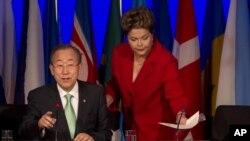 Sekjen PBB Ban Ki-Moon (kiri) dan Presiden Brasil Dilma Rousseff saat memberikan pidato pembukaan KTT Lingkungan di Rio de Janeiro, Brasil (20/6).