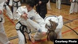 체코 태권도 수련생들을 직접 지도하는 북한 태권도 선수들. (사진 제공: 조지 바이탈리)