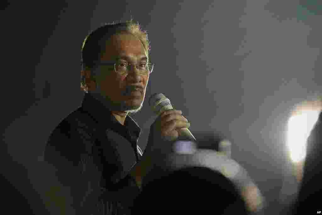 Malaysian opposition leader Anwar Ibrahim speaks during a solidarity gathering ahead of the final hearing of his sodomy conviction in Subang Jaya, outside Kuala Lumpur, Malaysia, Monday, Oct. 27, 2014. Anwar Ibrahim said he expects Malaysia's top court wi