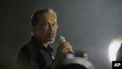 انور ابراهیم، که زمانی معاون ماهاتیر محمد نخست وزیر مالزی بود، در سال ۲۰۱۴ به اتهام لواط به پنج سال زندان محکوم شد.