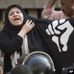 Une Egyptienne protestant au Caire contre la violence plocière, en avril 2010