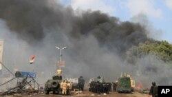 Pasukan keamanan Mesir di salah satu kamp demonstran di distrik Nasr City, Kairo (14/8).