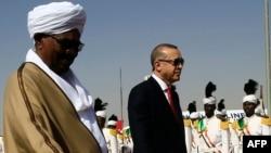 Le président turc Recep Tayyip Erdogan et son homologue Omar al-Bashir à Khartoum, le 24 décembre 2017.