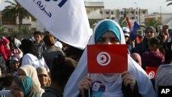Wata mai goyon bayan jam'iyyar Ennahdha dauke da tutar kasar Tunisiya lokacin wani gangamin siyasa a Ben Arous, wanda ke kudu da birnin Tunis, October 21, 2011.