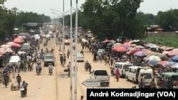 Les gestionnaires de la cité de N'Djamena attendent plusieurs mois d'arriérés de salaires, au Tchad, le 21 octobre 2018. (VOA/André Kodmadjingar)