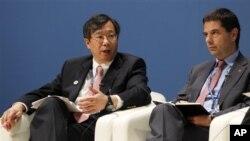 일본 도쿄에서 열린 국제통화기금, IMF와 세계은행 연차 총회에 참석한 중국의 리강(좌측) 인민은행 부총재