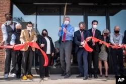New York Belediye Başkanı Bill de Blasio (ortada maskeli)