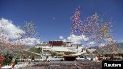 布达拉宫前面升起气球,庆祝西藏自治区成立50周年 (2015年9月8日)。