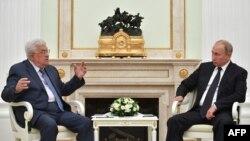 Le président russe Vladimir Poutine, à droite, discute avec le président palestinien Mahmoud Abbas, au Kremlin, Moscou, Russie, 14 juillet 2018.