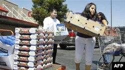 Người tiêu dùng mua hàng tại Costco ở Mountain View, California, tháng 8/2011