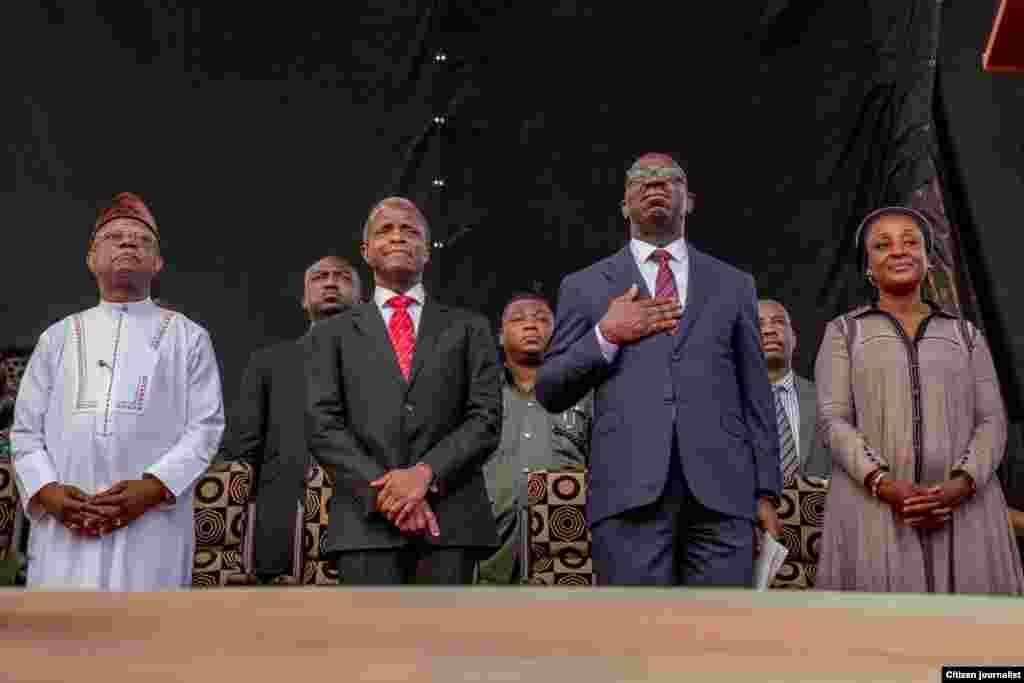 Mukaddashin shugaban kasar Najeriya, Farfesa Yemi Osinbajo (Dama), Gwamna Godwin Obaseki (Tsakiya), da matarsa Mrs. Betsy Obaseki a jihar Edo (Hagu) suna gaisawa da baki.