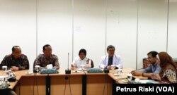 Wali Kota Surabaya Tri Rismaharini bersama Rektor Universitas Airlangga, Dirut RS Unair serta para pakar memberikan keterangan pers terkait kesiapan menghadapi virus korona (Foto: VOA/ Petrus Riski).