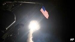 En esta imagen proporcionada por la Marina de los Estados Unidos, el destructor de misiles guiados USS Porter lanza un misil de ataque terrestre Tomahawk en el Mar Mediterráneo, el 7 de abril de 2017.