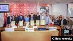 Dobitinici godišnjih nagrada Udruženja novinara Srbije poziraju za zajedničku fotografiju, u Press centru UNS-a, u Beogradu, 21. decembra 2019. (Foto: Press centar UNS-a)