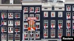 Stasiun Sentral Belanda di Amsterdam berhias bendera nasional (28/4). Belanda bersiap menyambut Hari Ratu yang jatuh tanggal 30 April, sekaligus pengunduran diri Ratu Beatrix setelah bertahta selama 33 tahun dan penobatan Pangeran Willem-Alexander sebagai Raja.