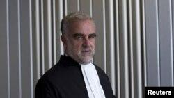 Mwendesha mashitaka mkuu wa ICC Luis Moreno Ocampo akipiga picha baada ya mahojiano na waandishi.