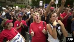 Các thành viên công đoàn biểu tình trước văn phòng của hãng Verizon ở Boston