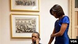 Presiden Obama dan ibu negara, Michelle, menerima laporan tentang pembebasan dua sandera Somalia dalam Operasi Militer Khusus Pasukan AS, sesaat sebelum pidato kenegaraan, Selasa (24/1)
