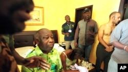 Laurent Gbagbo et son épouse Simone arrêtés par des forces républicaines fidèles au vainqueur des élections, Alassane Ouattara à l'Hôtel du Golf à Abidjan, Côte-d'Ivoire, lundi 11 avril 2011. (AP Photo/Aristide Bodegla)