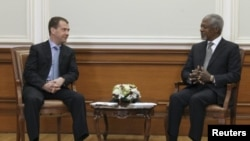 ປະທານາທິບໍດີຣັດເຊຍ ທ່ານ Dmitry Medvedev (ຊ້າຍ) ສົນທະນາຫາລືກັບທ່ານ Kofi Annan ທູດພິເສດຂອງສະຫະປະຊາຊາດ ແລະສັນນິບາດອາຫຣັບ ທີ່ນະຄອນຫລວງມົສກູ ວັນທີ, 25 ມີນາ 2012.